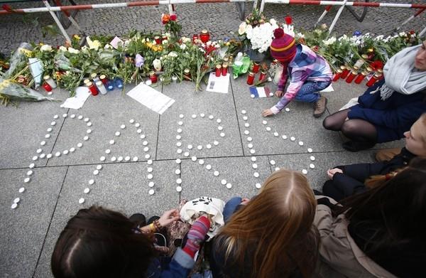 Dân Berlin xếp nến thành chữ Paris để cầu mong bình yên trở về với Kinh đô ánh sáng.