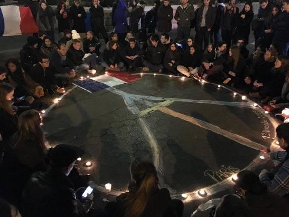 Các du học sinh trao đổi người Pháp cùng bạn học trên khắp thế giới tập trung ở quảng trường Union thắp nến, hát quốc ca tưởng niệm các nạn nhân vụ thảm sát Paris đêm 13/11.