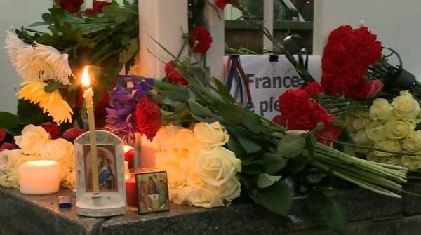 Người dân thành phố Moscow, Nga cũng tổ chức chia buồn với người Paris trước cửa Đại sứ quán Pháp.