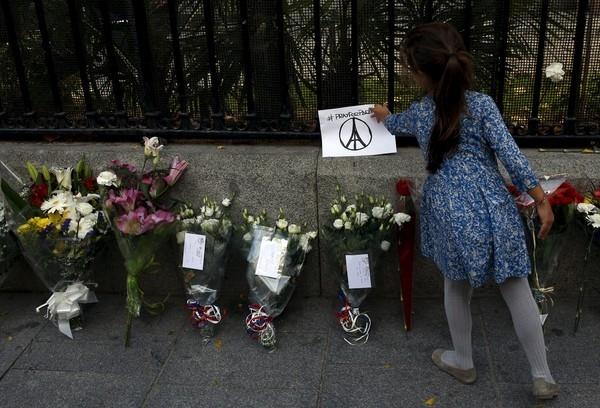 """Biểu tượng """"Pray for Paris""""- Nguyện cầu cho Paris được đặt trước Đại sứ quán Pháp tại thành phố Madrid, Tây Ban Nha."""