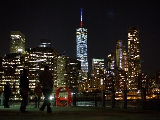 Cột tháp cao 124 m trên đỉnh trung tâm Thương mại Thế giới được thắp ánh sáng xanh, trắng và đỏ sau khi Thống đốc bang New York, ông Andrew Cuomo, thông báo đây là hoạt động tưởng nhớ 128 người thiệt mạng trong các vụ tấn công ở Paris vào đêm 13/11. Ảnh: AP