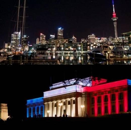 Bảo tàng Tưởng niệm Chiến tranh (trên) và Sky Tower tại Auckland, New Zealand cùng chia sẻ nỗi đau với người dân Paris. Ảnh: Twitter/USAToday