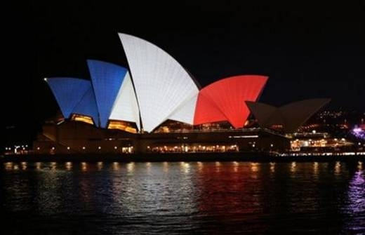 Khác vẻ rực rỡ mọi ngày, nhà hát Opera Sydney của Australia mang 3 màu đỏ, trắng, xanh để thể hiện sự đoàn kết với người dân Pháp. Ảnh: Twitter/USAToday