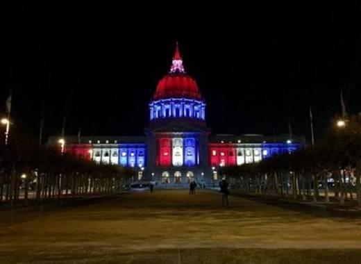 """Tòa thị chính của thành phố San Francisco, Mỹ lúc 17h46 (giờ địa phương) ngày 14/11. Trong một tuyên bố, thị trưởng thành phố, ông Edwin Lee, thay mặt cư dân San Francisco bày tỏ """"nỗi buồn sâu sắc nhất"""" tới người dân Pháp. """"Những nạn nhân của hành vi bạo lực vô nghĩa sẽ luôn ở trong những lời cầu nguyện của chúng tôi"""" ông nói. Ảnh: Twitter/USAToday"""