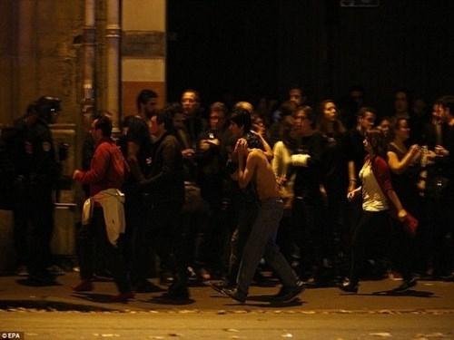 Hình ảnh sơ tán người dân trong vụ khủng bố tại Paris (13/11)