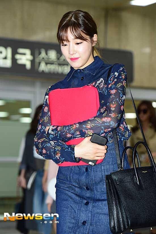 Không cần phải hở hang, Tiffany cũng khiến nhiều người cũng muốn bắt chước theo set đồ đẹp thời trang denim đẹp dịu dàng ở sân bay.