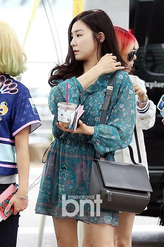 Nữ ca sĩ sinh năm 1989 lựa chọn váy xanh họa tiết hoa kết hợp túi đeo bạc khi đáp chuyến bay tới Nhật Bản. Style rất nhẹ nhàng và duyên dáng.
