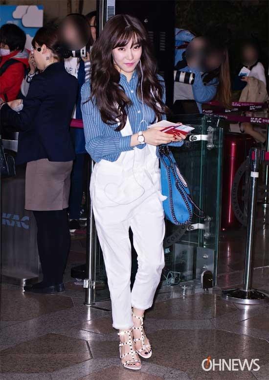 Chiếc quần yếm trắng được Tiffany kết hợp cùng áo sơ mi kẻ sọc dọc trẻ trung và hiện đại.