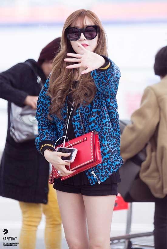 Cô cũng mang theo túi hiệu Valentino có giá 1.705 USD (khoảng 38 triệu đồng).