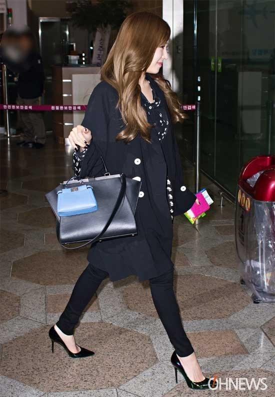 Tiffany sang trọng với bộ đồ đen và áo sơ mi họa tiết bên trong, giày cao gót hiện đại.