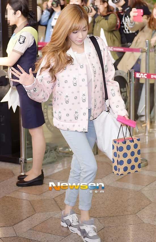 Áo họa tiết, quần gam màu nhạt, giày thể thao tạo cho Tiffany vẻ ngoài rất đáng yêu. Bạn gái ở vóc dáng nào cũng có thể học hỏi theo nữ ca sĩ xứ Hàn.