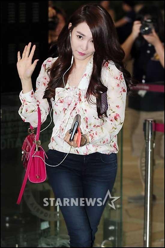 Quần jeans kết hợp với áo sơ mi họa tiết hoa nhỏ, buộc nơ và túi đeo hồng khiến Tiffany trở thành tâm điểm ở sân bay.