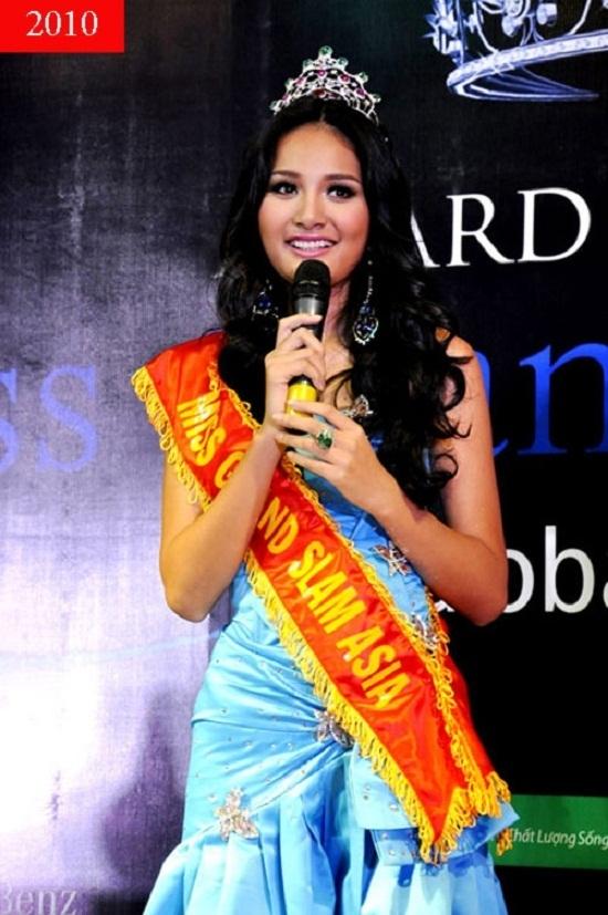 Thế nhưng 2010 mới là năm thăng hoa nhất trong sự nghiệp của Hương Giang khi cô xuất sắc đạt một loạt các giải thưởng do trang web nổi tiếng Globalbeauties bình chọn như top 3 Đệ nhất mĩ nhân đương đại, top 10 Gương mặt của năm, top 10 Hoa hậu của các hoa hậu và đặc biệt là danh hiệu Hoa hậu đẹp nhất Châu Á. - Tin sao Viet - Tin tuc sao Viet - Scandal sao Viet - Tin tuc cua Sao - Tin cua Sao