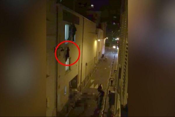 Người phụ nữ mang thai treo mình lơ lửng trên cửa sổ tầng hai tại Nhà hát Bataclan khiến cả thế giới xót xa.