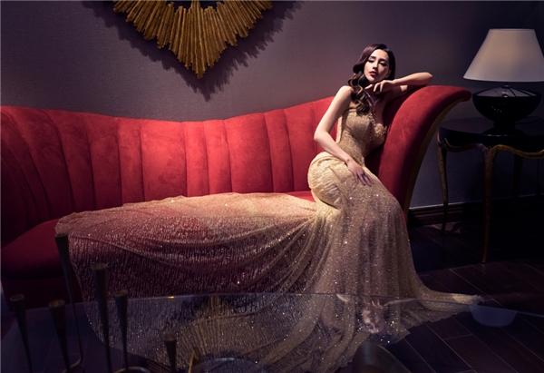 Gam màu vàng đồng kết hợp với chất liệu ánh kimtôn lên vẻ đẹp sang trọng, lộng lẫy.