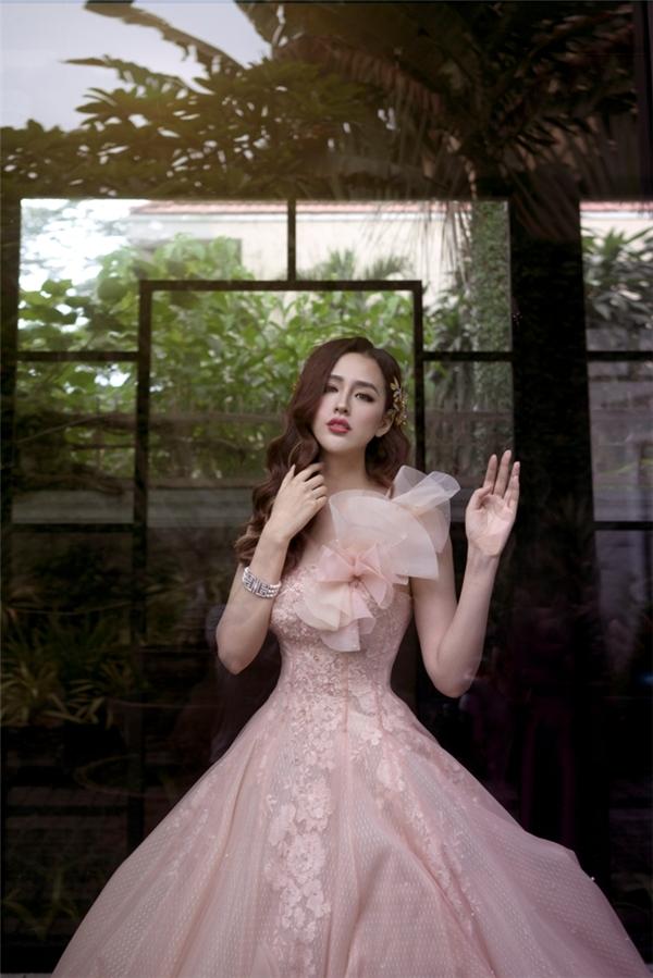 Chất liệu voan bật lên nét gợi cảm duyên dáng cho người mặc.