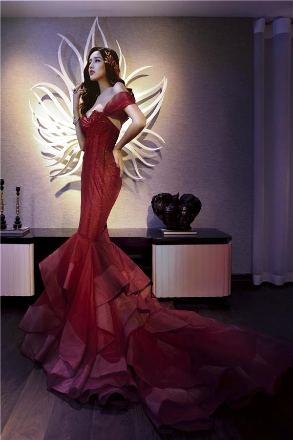 Diện trên mình bộ váy cưới màu đỏ, bất cứ cô gái nào cũng sẽtoát lên vẻ đẹp kiêu sa vàquý phái đến nao lòngchứ không riêng gì Mai Phương Thúy.
