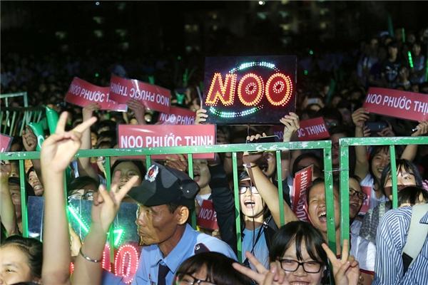 Dù địa điểm diễn khá xa trung tâm thành phố nhưng các fan của Noo vẫn đến khá đông để cổ vũ thần tượng. - Tin sao Viet - Tin tuc sao Viet - Scandal sao Viet - Tin tuc cua Sao - Tin cua Sao