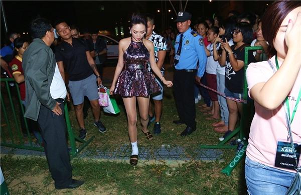 Tóc Tiên xuất hiện với một chân băng bó vì bịbong gân. - Tin sao Viet - Tin tuc sao Viet - Scandal sao Viet - Tin tuc cua Sao - Tin cua Sao