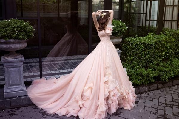 Mĩ nhântrở nên nhẹ nhàng, lãng mạn trong bộ váy cưới màu hồng bồng bềnh.