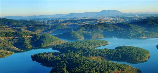 Hồ Tuyền Lâm đẹp như tranh vẽ.