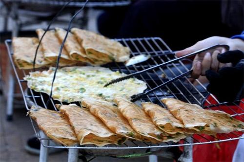 Món bánh tráng nướng Đà Lạt thơm ngon khó cưỡng .