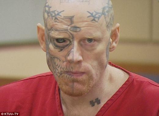 Người đầu tiên xăm mắt là tù nhân Jason. (Ảnh: Internet)