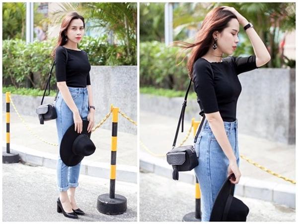 Quần jeans ôm sát, lưng cao được phối ăn nhập áo thun đen bó sát. Phong cách của thập niên 1980 vừa vặn vóc dáng cân đối của giọng ca Cải bắp. Các set trang phục của cô đạt sự tối giản cần thiết nhờ phụ kiện tiệp màu.