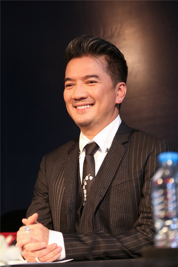 Mr Đàm hạnh phúcnghe đại diện Hàn Quốc công bố giải thưởng. - Tin sao Viet - Tin tuc sao Viet - Scandal sao Viet - Tin tuc cua Sao - Tin cua Sao