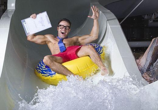 Thử máng trượt nước trong công viên cũng là nghề độc đáo. Những ai làm việc sẽ phải thử lần lượt độ dốc, độ an toàn, khả năng tạo ra sự phấn khích… rồi đưa ra đánh giá. Sau đó, các nhà chuyên môn sẽ tiến hành sửa chữa lại trước khi áp dụng cho khách hàng. (Ảnh: Internet)
