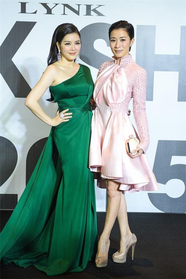 Chủ nhân của đêm tiệc, nữ doanh nhân - diễn viên nổi tiếng Lý Nhã Kỳ cũng không hề kém cạnh đàn em trong bộ váy xanh lệch vai của nhà thiết kế Alexis Mabille. Cô luôn cận kề ngôi sao điện ảnh Hồng Kông Xa Thi Mạn trong mọi hoạt động.