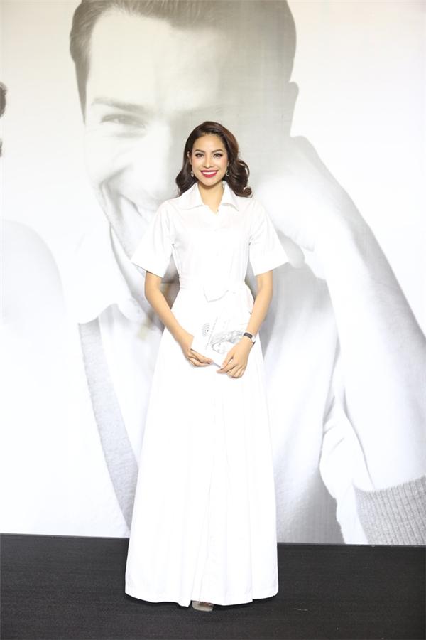 Hoa hậu Phạm Hương lại chọn cho mình một tạo hình khá giản dị với bộ váy trắng hòa hợp giữa tinh thần cổ điển cùng nét đẹp hiện đại, năng động. Phạm Hương được đánh giá là một trong số những mĩ nhân sở hữu gu thời trang tinh tế nhất V-biz.