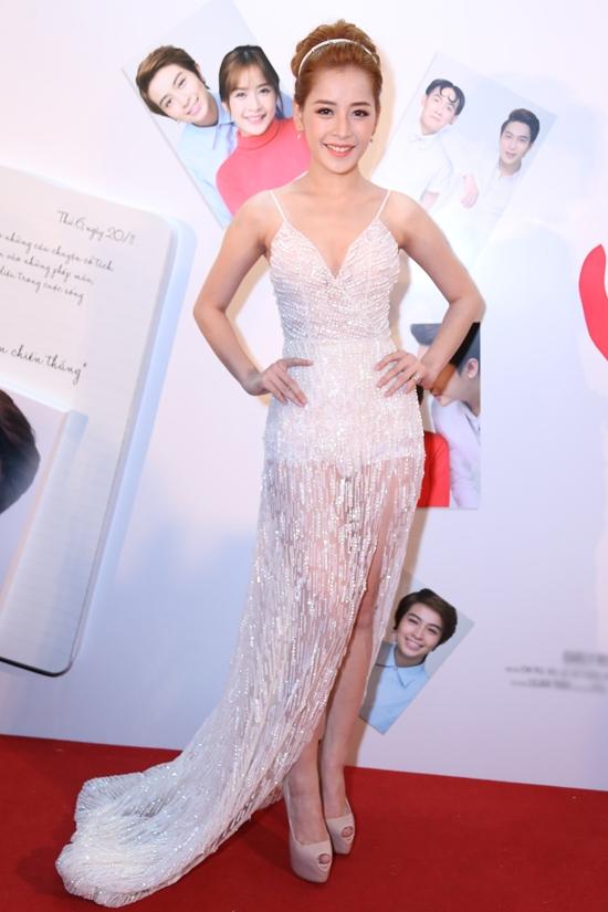 Trong khi đó tại TP.HCM, nữ diễn viên chính Chi Pu lại vô cùng táo bạo trong mẫu váy xuyên thấu cắt xẻ của Chung Thanh Phong. Rũ bỏ hình ảnh nhí nhảnh, đáng yêu, Chi Pu đang hướng đến vẻ đẹp của người phụ nữ ở độ tuổi trưởng thành: gợi cảm, quyến rũ nhưng tinh tế, thanh lịch.