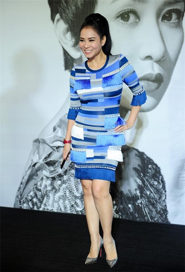 Dù diện bộ váy khá đơn giản nhưng chính chất liệu cao cấp cùng việc bố trí họa tiết, gam màu tinh tế đã giúp Thu Minh vô cùng nổi bật và thu hút.