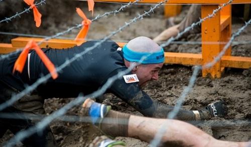 Người tham gia thử thách sẽ phải vượt qua hàng rào dây điện 10.000V. Ảnh: Touch Mudder
