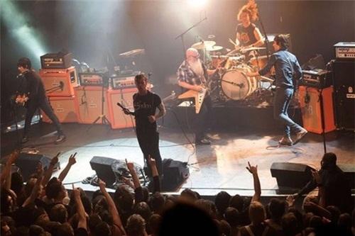 Nhóm rock Mỹ Eagles của Death Metal biểu diễn trên sân khấu tại Bataclan trước khi diễn ra cuộc thảm sát đẫm máu.Ảnh:dailyrecord