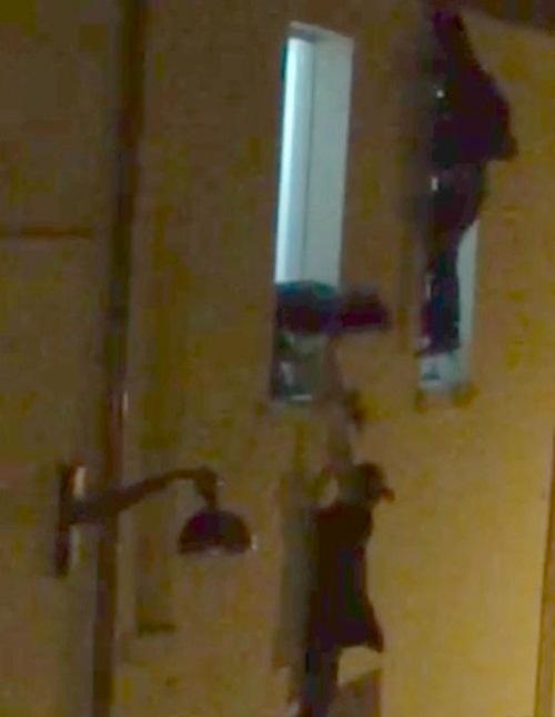 Nhiều người cố gắng thoát thân bằng cách trèo ra ngoài cửa sổ bên trong nhà hát.Ảnh:dailyrecord