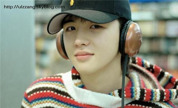 """Đối với các fan trung thành của High Kick, chắc hẳn sẽ không thể quên được nam diễn viên Kim Hye Sung sở hữu gương mặt baby """"búng ra sữa"""". Không chỉ chinh phục khán giả màn ảnh nhỏ, anh chàng từng khiến cộng đồng mạng """"phát sốt"""" trước nhan sắc không tuổi từ khi cắp sách đến trường."""