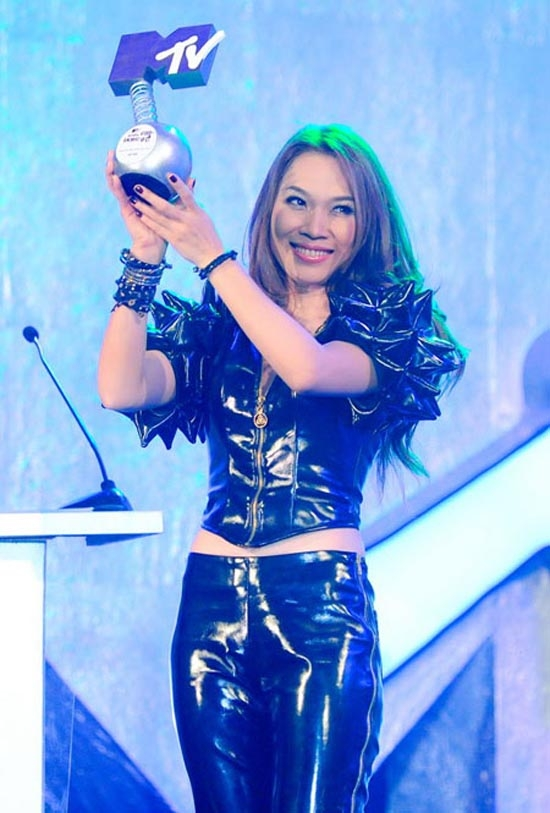Năm 2012, Mỹ Tâm giành thắng lợi với hơn 260.000 tin nhắn bình chọn tại giải thưởng video âm nhạc do MTV Việt Nam tổ chức. Video Đánh thức bình minh của cô ca sĩ cũng được phát sóng tại MTV Asian. - Tin sao Viet - Tin tuc sao Viet - Scandal sao Viet - Tin tuc cua Sao - Tin cua Sao