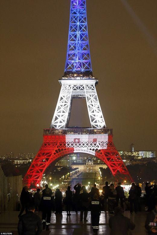 Nó gồm 3 màu trắng, xanh, đỏ - màu cờ nước Pháp. (Ảnh: Reuters)
