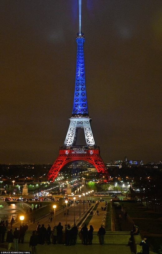 Tháp Eiffelđược thắp sáng trở lại sau khủng bố kinh hoàng