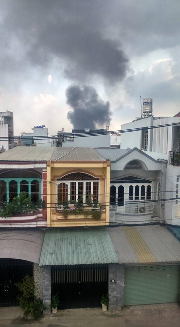 Khói từ đám cháy bốc cao hàng trăm mét - (Ảnh: Facebook)