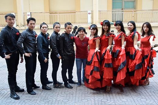 Tiết mục nhảy flamenco đầy quyến rũ làm cho không gian ngày hội đắm trong sự ngọt ngào.