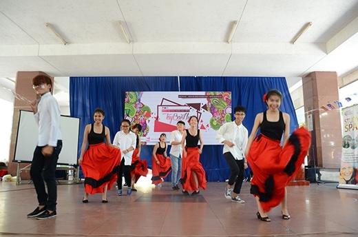 Những bản flamenco nối tiếp nhau khiến khán giả như muốn bùng cháy.