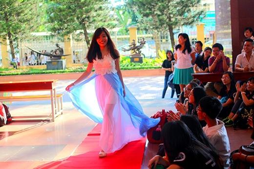 Tất cả trang phục trình diễn được thực hiện bởi các bạn sinh viên bộ môn Ngữ văn Tây Ban Nha.