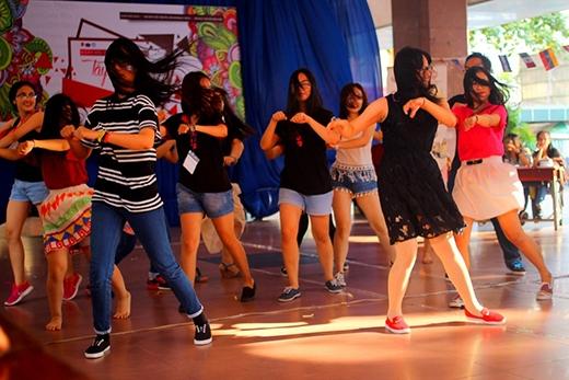 Bài flashmob truyền sự căng tràn của tuổi trẻ đến tất cả mọi người.