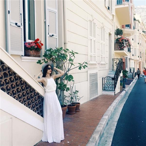 Bộ váy trắng với phần cổ yếm vuông gợi cảm, hiện đại như hòa lẫn vào cả không gian.