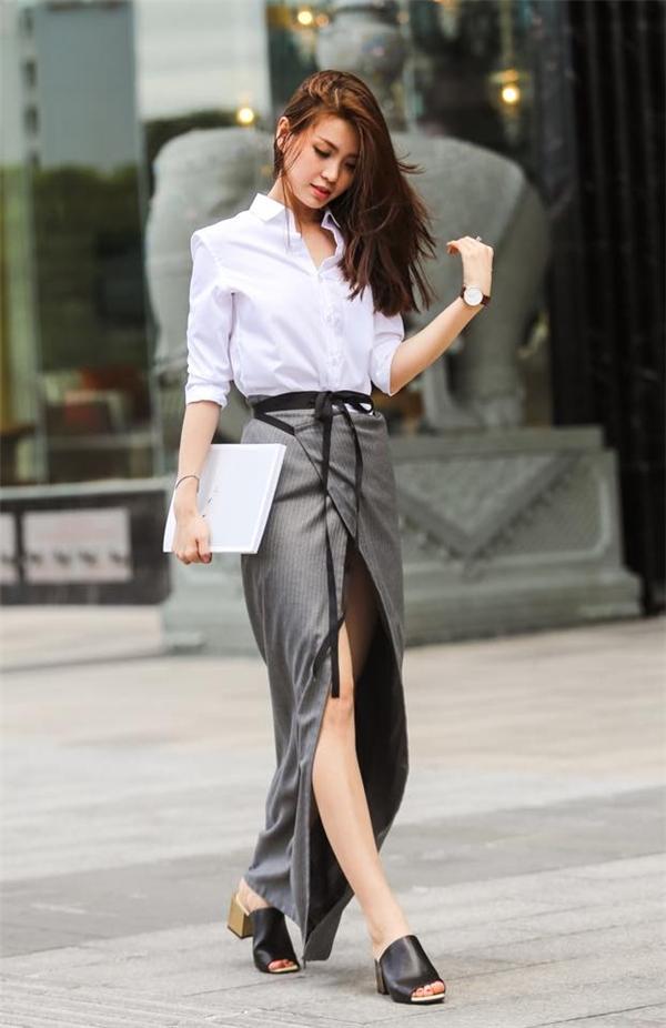 Nếu như cả cây denim mang đến vẻ ngoài trẻ trung, bụi bặm thì sự kết hợp giữa áo sơ mi trắng cùng chân váy cách điệu lạ mắt lại thể hiện vẻ đẹp của sự thanh lịch, nhẹ nhàng nhưng không kém phần hiện đại.
