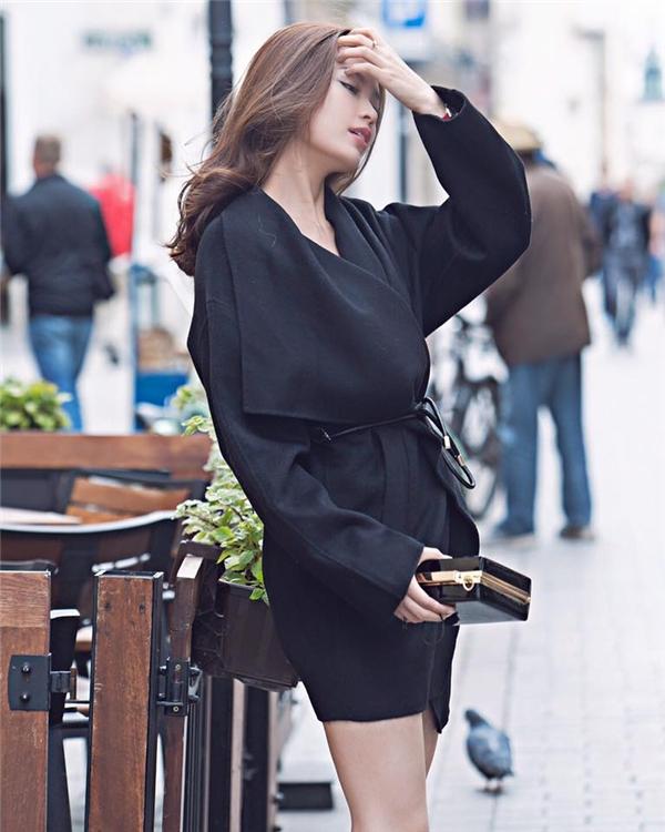 Chiếc váy đen lạ mắt của Diễm Trang chắc chắn sẽ trở thành món trang phục mà các quý cô thầm ao ước trong mùa thời trang Thu - Đông năm nay.