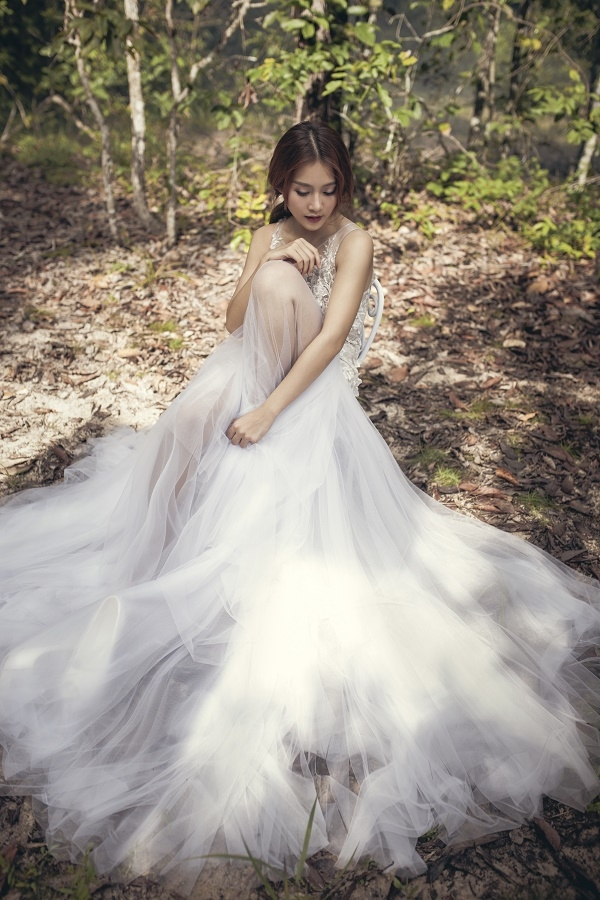 Hot girl 9x như nàng công chúa lạc vào rừng sâu trong chuyện cổ tích. Vẻ đẹp hồn nhiên, trẻ trung của Khả Ngân đã chiếm được cảm tình của nhiều khán giả.